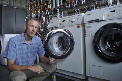 Мастер у стиральных машин