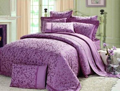 Хорошая постель с сиреневой бельем